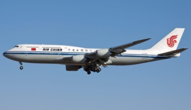 Air_China_Boeing_747-89L_on_finals_into_Beijing