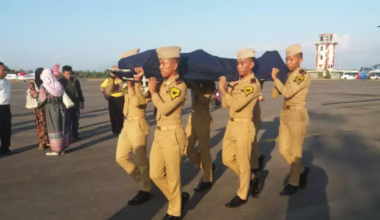 Indonesian soldiers carrying the body of Agung