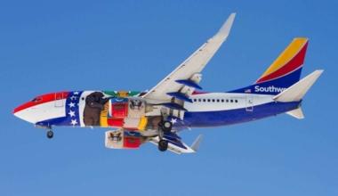 Boeing_737-700_(Southwest_Airlines)_at_Denver