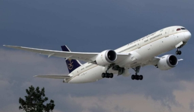 Saudia_Boeing_787-9_(HZ-ARD)_on_final_approach_at_Istanbul_Airport