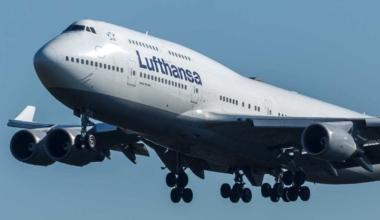 Lufthansa_Boeing_747-400_(D-ABVU)_at_Frankfurt_Airport