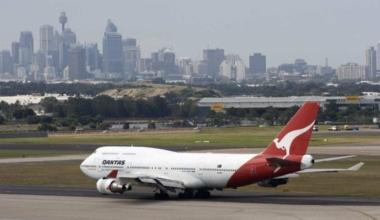 Qantas_Boeing_747-400_at_Sydney_airport