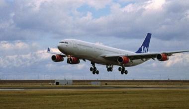 SAS airliner landing