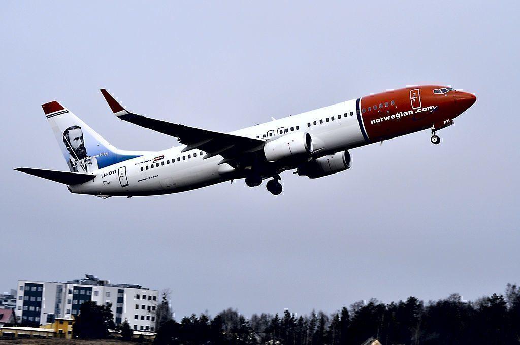 NAS 737-800 taking off