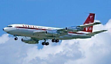 Boeing_707-138B_Qantas_Jett_Clipper_Ella_N707JT