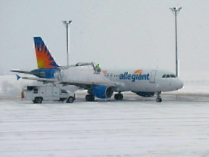 Avião alegórico na neve na taxiway