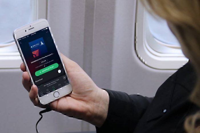 As companhias aéreas calculam que, se você estiver usando seu próprio dispositivo, não precisará da tela. Foto: Delta