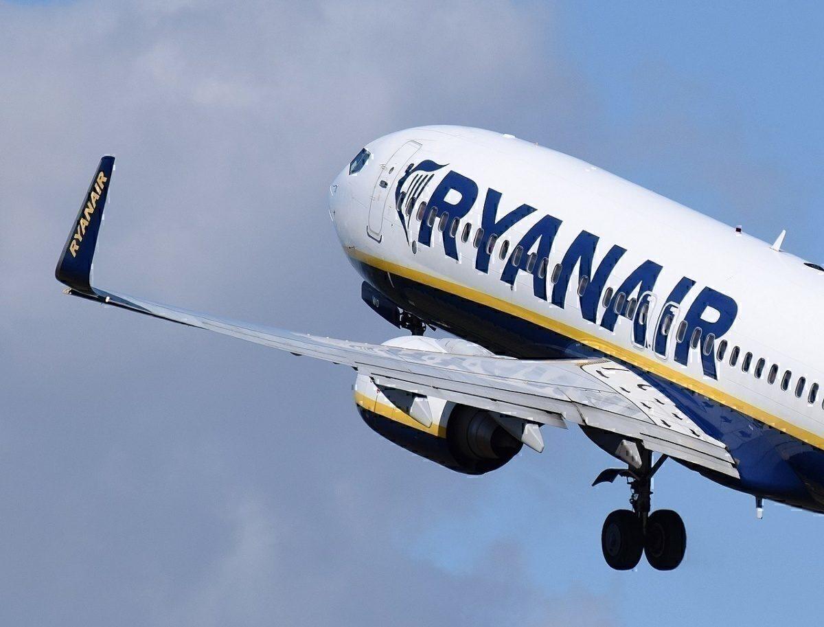 Ryanair_Boeing 737-800 (EI-DWO) takes off from Bristol Airport, England, 23Aug2014