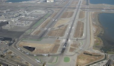 1024px-SFO_lineup,_Runways_1L_and_1R
