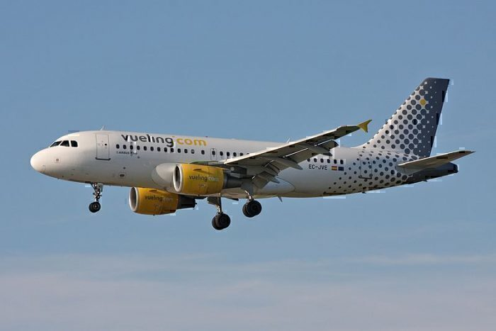 ueling_Airlines_Airbus_A319-111_EC-JVE_(30183890303)