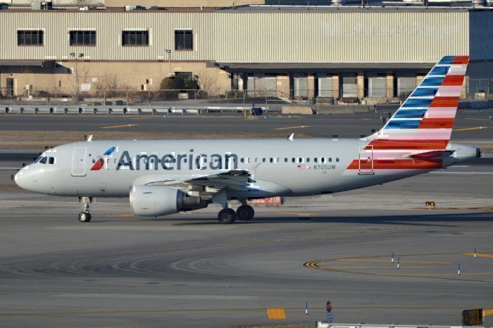 AA A319 on taxiway