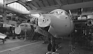 1280px-Overdracht_1e_Fokker-50_aan_DLT_(_West_Duitsland_)_produktielijn_Fokker-50,_Bestanddeelnr_934-0469