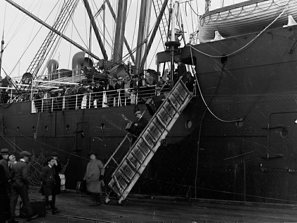 ship-boarding-left-side
