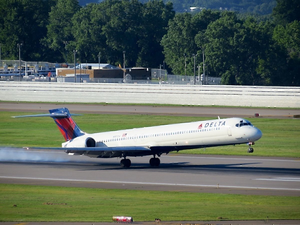 Delta MD-90 airliner