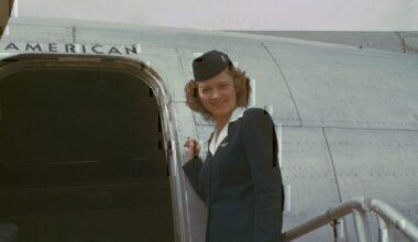 800px-Stewardess,_circa_1949-50,_American_Overseas,_Flaghip_Denmark,_Boeing_377_Stratocruiser