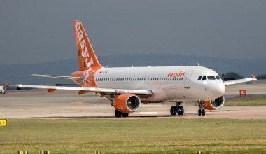 EasyJet,_Airbus_A320-214,_G-EZUA_(27929294886)