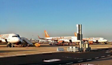 EasyJet_planes_on_the_tarmac_of_Lisbon_Airport_(29117575600)