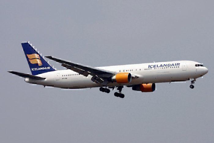 Icelandair jet landing