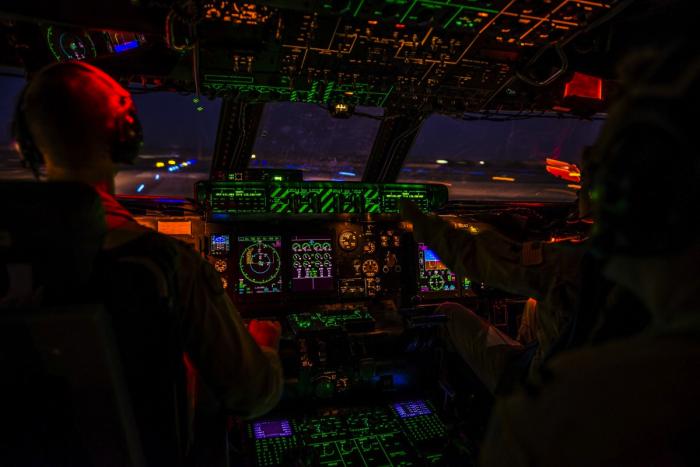 Os próprios pilotos se beneficiam do processo de escurecer as luzes antes da decolagem e pouso. Foto: PXAqui .
