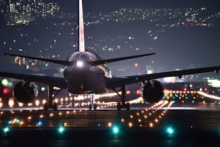 Por que a tripulação de voo diminui as luzes da cabine durante a decolagem e o pouso