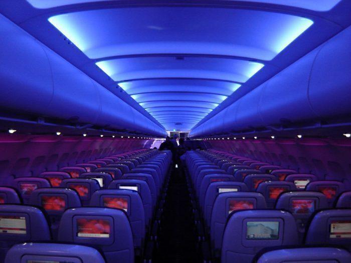 Escurecer as luzes da cabine ajuda a preparar os passageiros para emergências. Foto: Albert Domasin via Flickr
