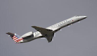 1200px-American_Eagle_Embraer_ERJ-145_N652RS