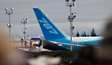 1280px-Boeing_787-8_first-flight_tail