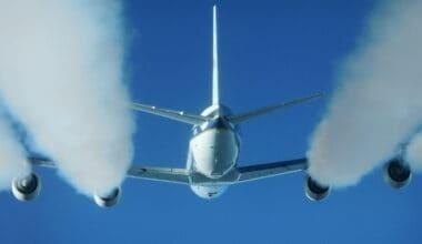 Douglas_DC-8_producing_contrails_at_a_biofuel_test