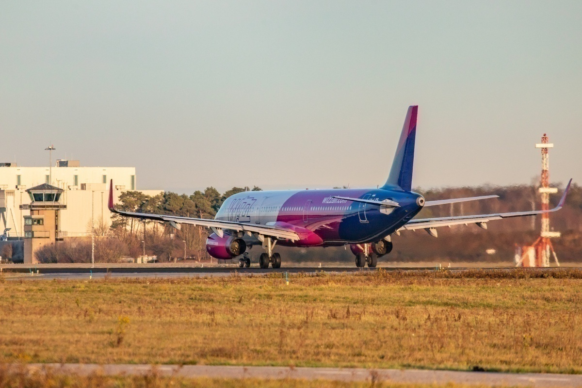 Wizz Air A321-200 from behind