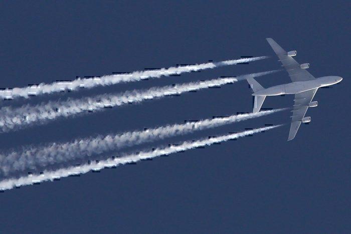Lufthansa contrails