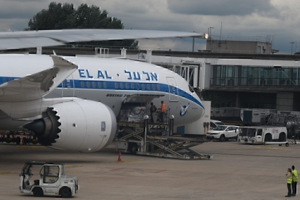 Wow: El Al 787 Stuck In Hong Kong After Cat Prints Found Inside Plane