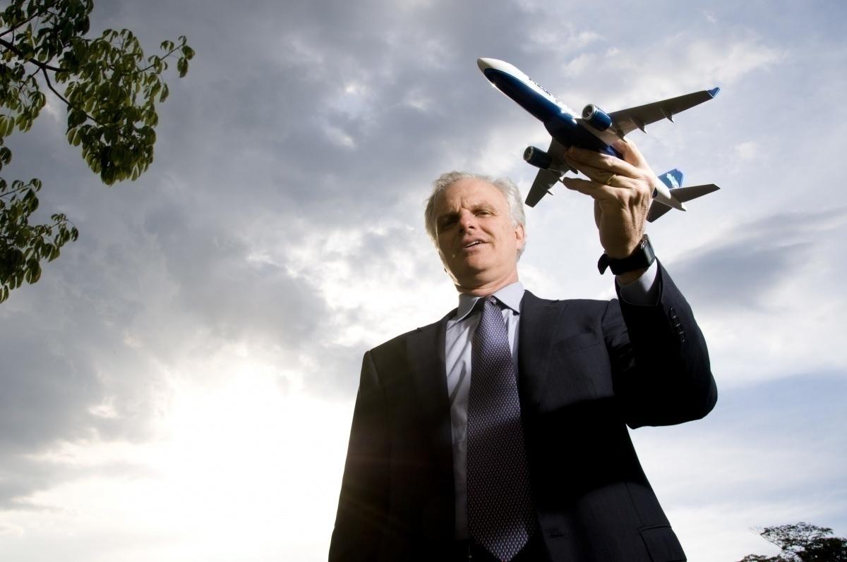 David Neeleman with model of Azul aircraft