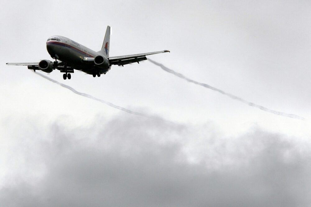 Malaysia Airlines flies with contrails