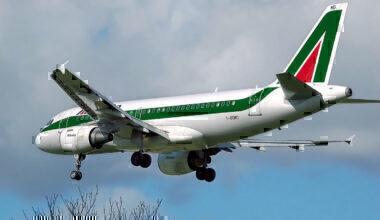 1200px-Alitalia.a319-100.i-bimd.arp
