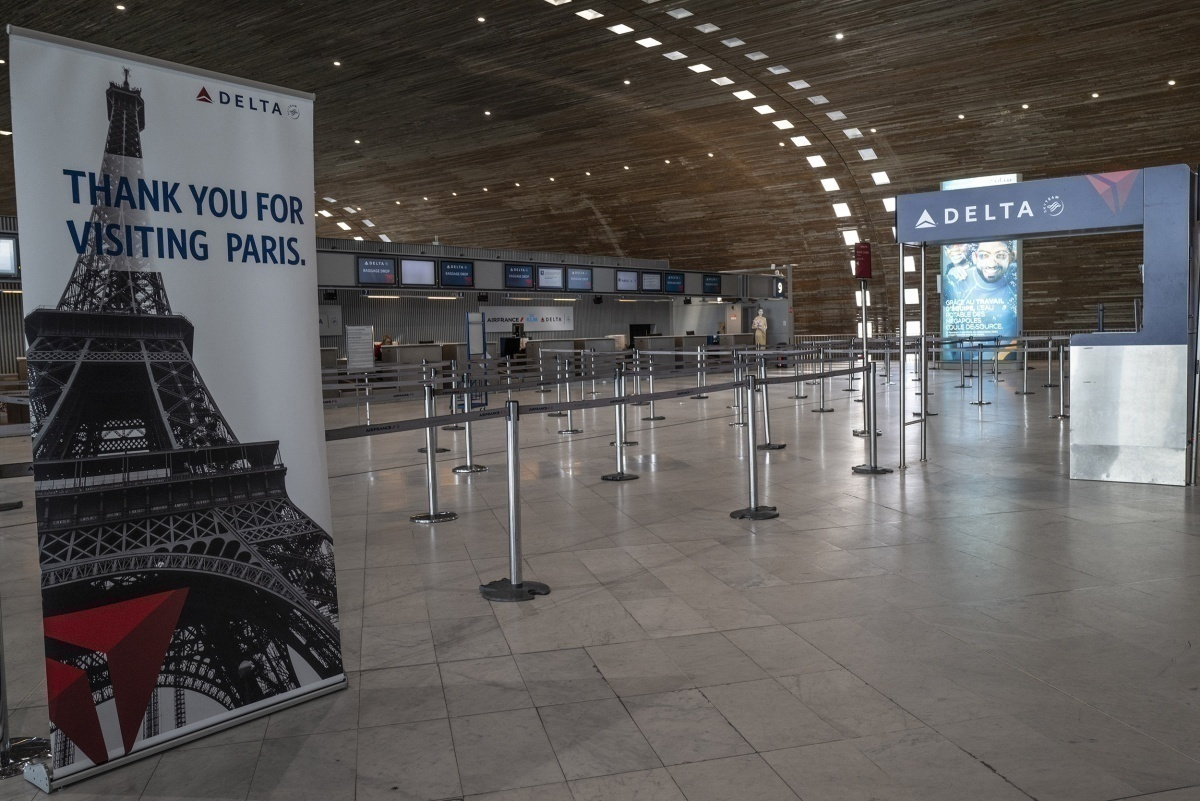 Delta counter at Paris CDG