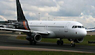 Titan_Airways,_Airbus_A320-233,_G-POWI