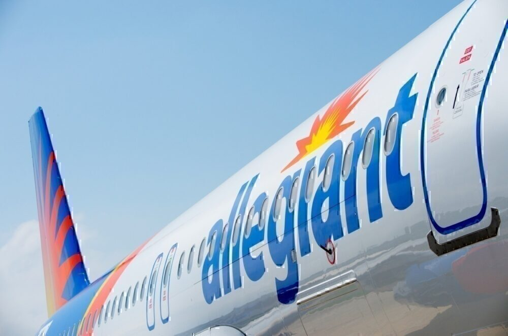 Video: Cirrus Taxis Underneath Allegiant Airbus A320 Wing