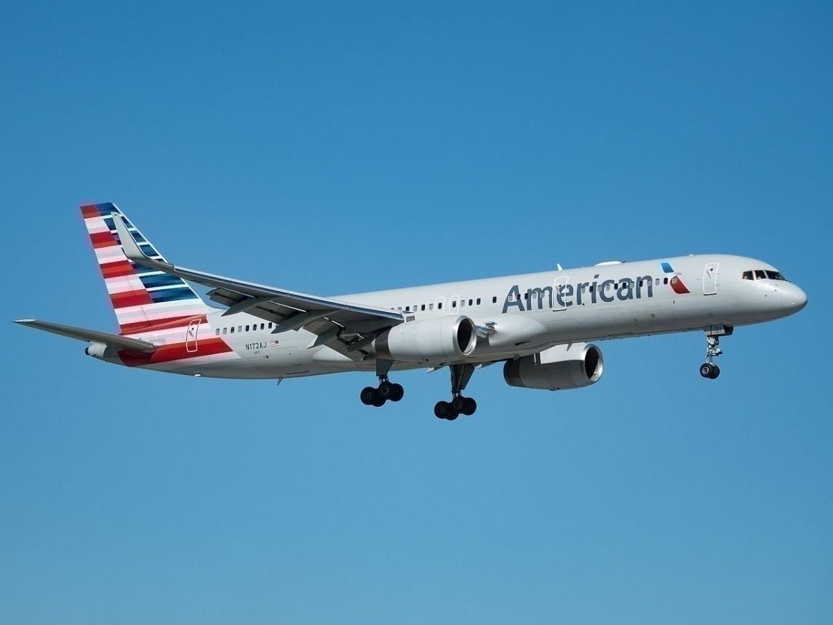 American_Airlines_Boeing_757-223_(N172AJ)_at_Miami_International_Airport