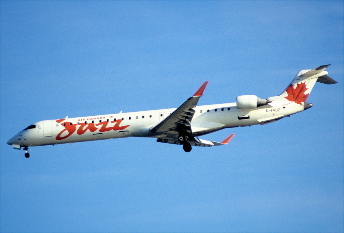 1280px-431ac_-_Air_Canada_Jazz_Canadair_CRJ705,_C-FNJZ@YVR,07.10.2006_-_Flickr_-_Aero_Icarus