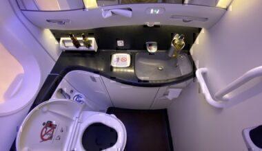 Qatar 787 toilet
