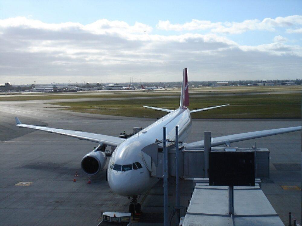 Qantas recieves breach notice Perth airport