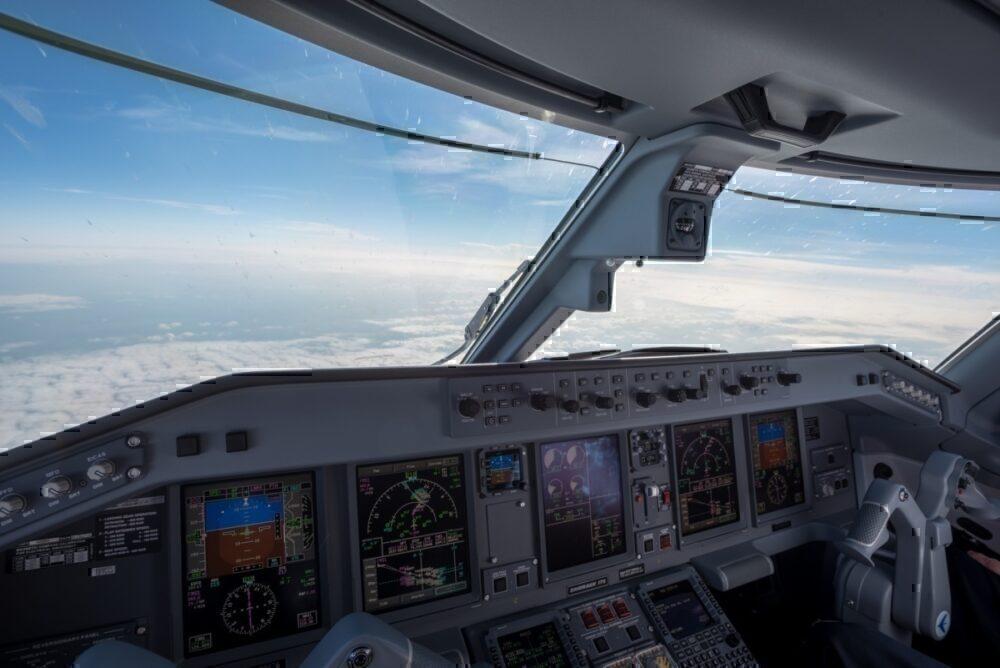 E175 flight deck