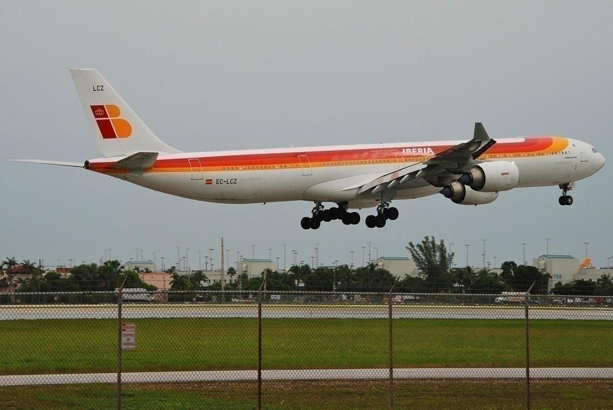 IBERIA_Airbus_A340-600;_EC-LCZ@MIA;17.10.2011_626nq_(6698062073)