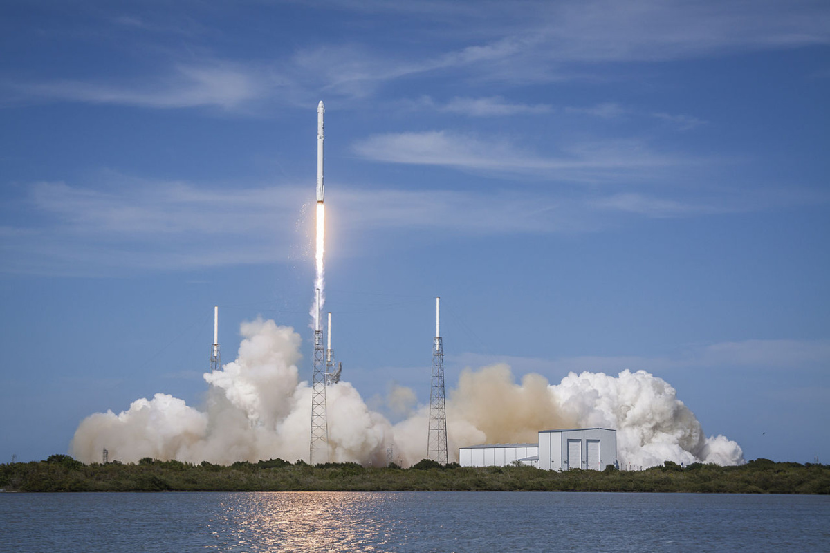 Launch_of_Falcon_9_carrying_CRS-6_Dragon_(17171659711)