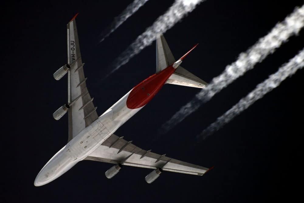 Qantas 747 contrails from below
