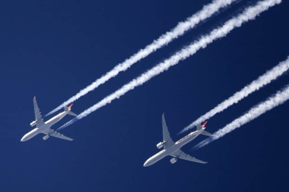 Airplanes fly with contrails