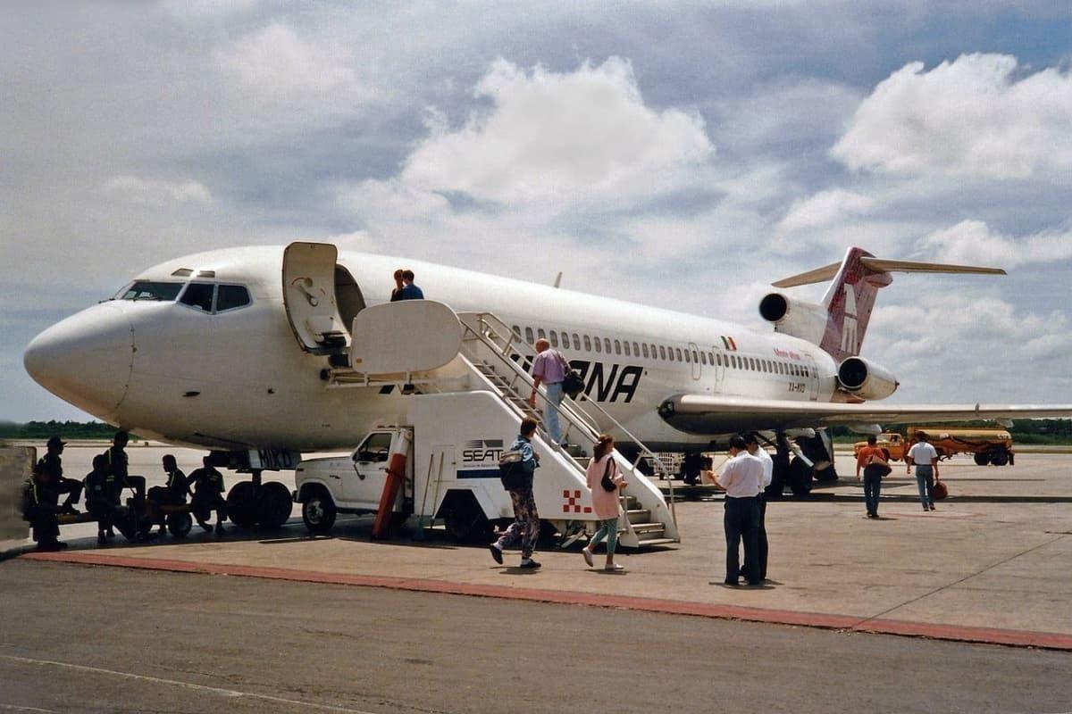 Mexicana_Boeing_727-264-Adv_XA-MXD__Monte_Albán__(23812634575)