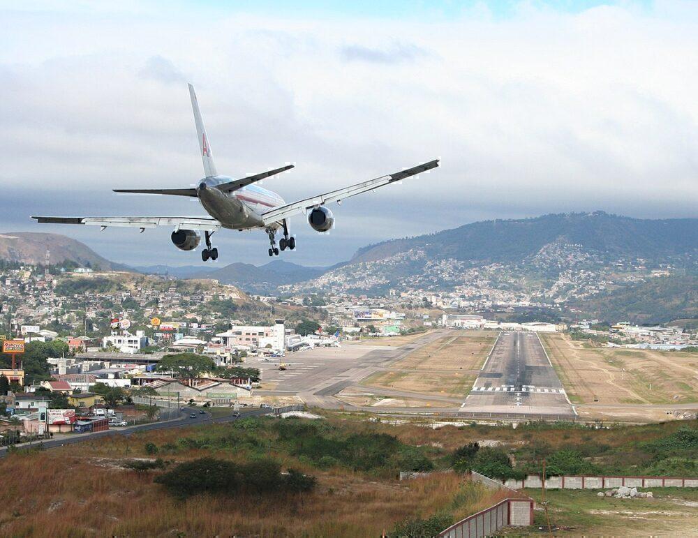 Aircraft landing in toncontin