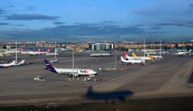 Madrid_-_Barajas_Airport,_landing_at_runway_32L_(8522175654)