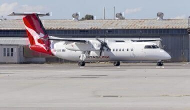 1280px-QantasLink_(VH-SBB)_Bombardier_DHC-8-315Q_Dash_8,_in_new_QantasLink__new_roo__livery,_taxiing_at_Wagga_Wagga_Airport_(1)